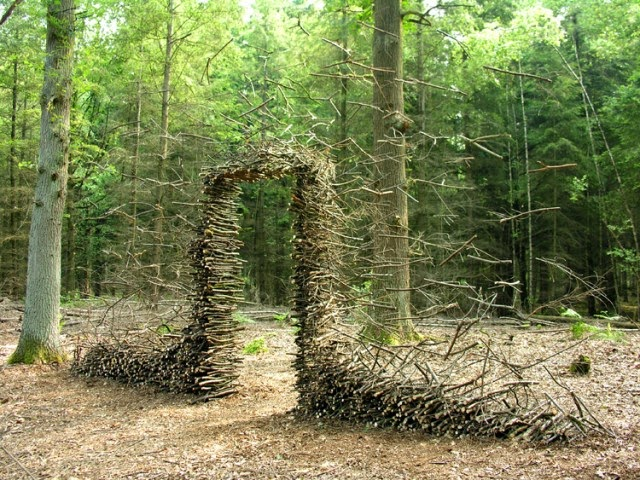 Googul Gravity Defying Land Art By Cornelia Konrads