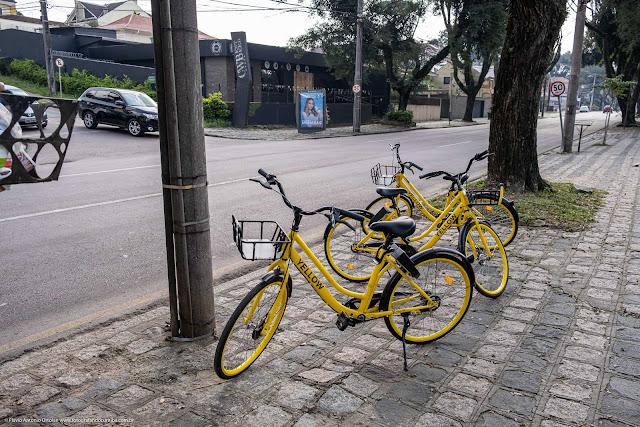 Bicicletas para alugar estacionadas na calçada