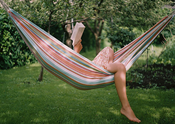 cantinho-da-leitura-na-rede-de-dormir-abrirjanela