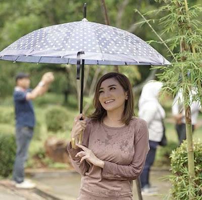 Kiki Amali Bawa Payung