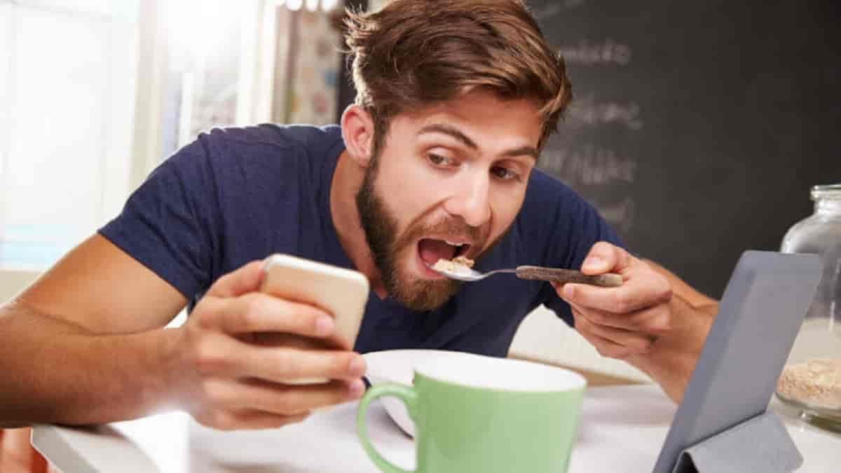 A dura verdade sobre comer enquanto se está distraído