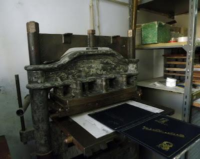 máquina de encadernação de livros