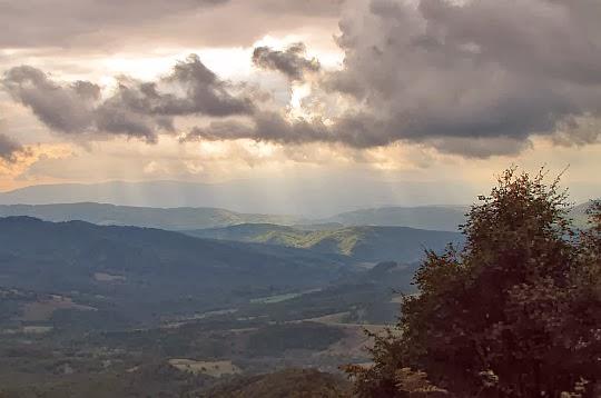 Widok z Okrąglika na pasma słowackie.