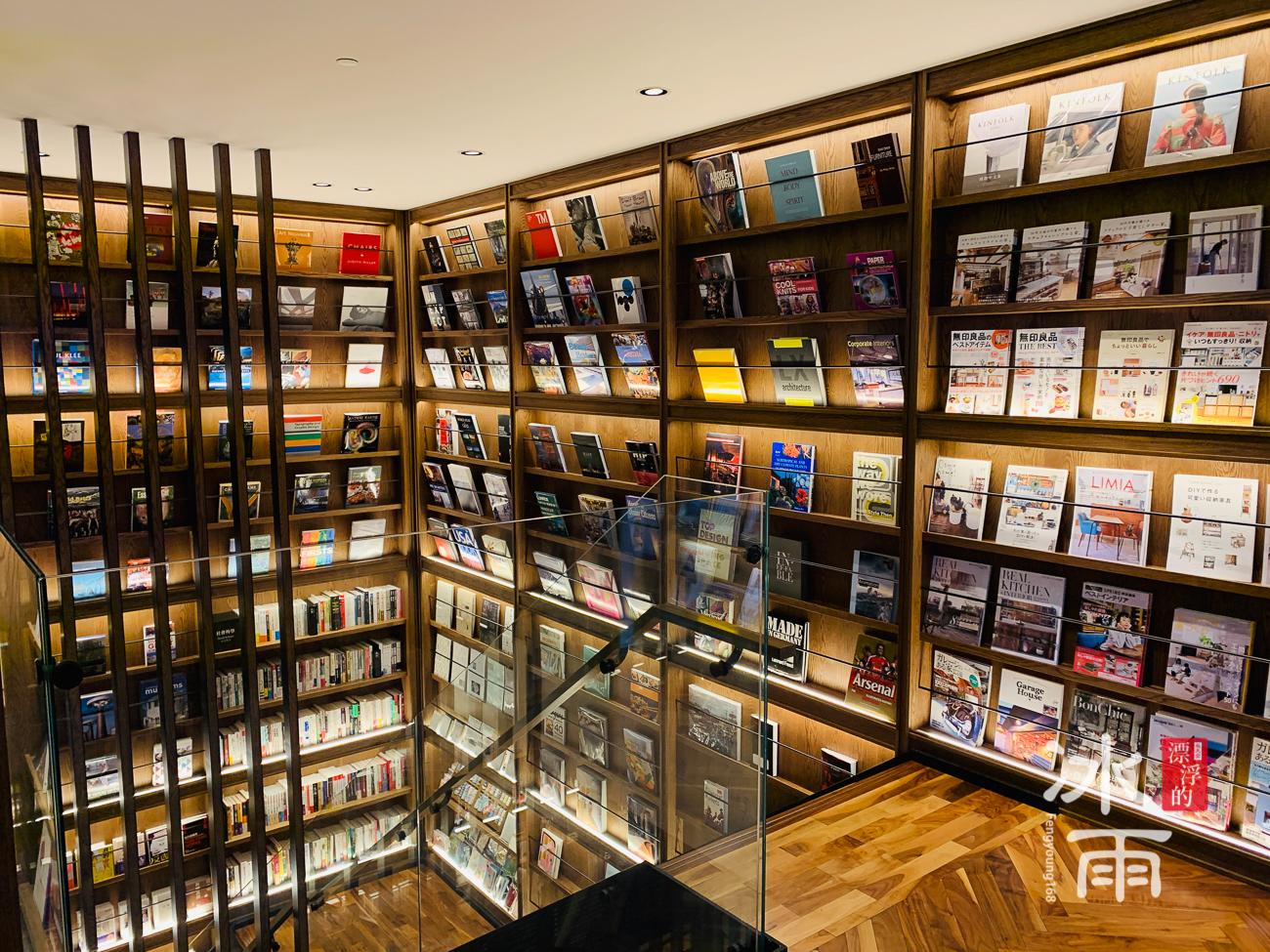 蔦屋書店松山店一二樓間的網美牆