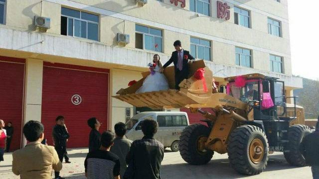 Pernikahan pakai buldoser