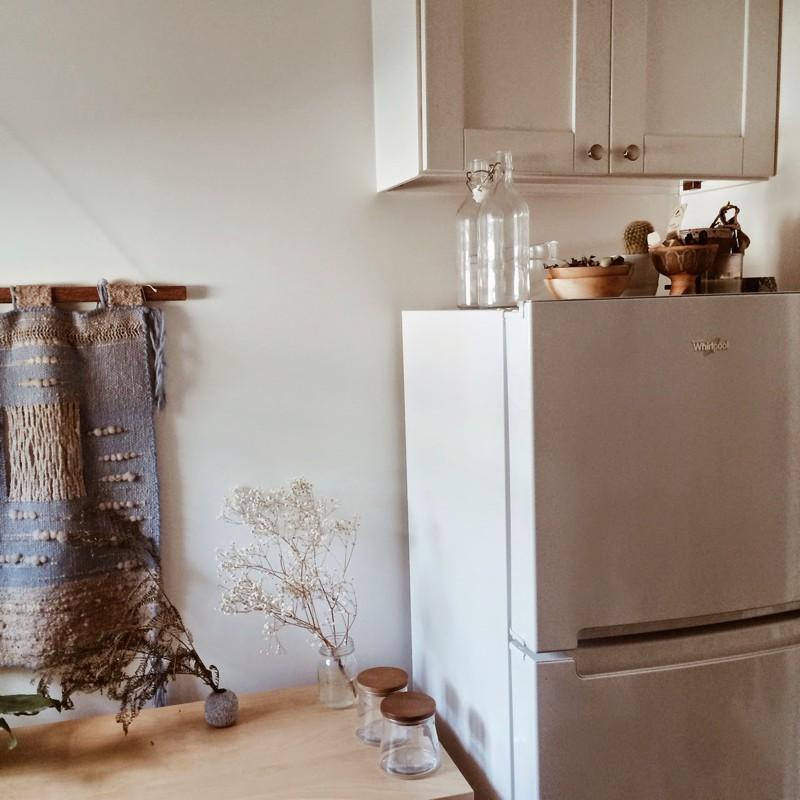 Uma casa minimalista boho com plantas para chamar de lar