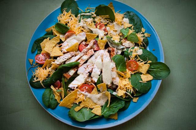 Meksykanska sałatka z kurczakiem i nachosami