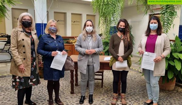 El Cabildo entrega una decena de carnés de artesanos de ocho oficios