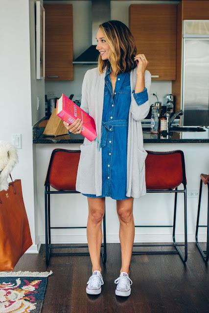 Padukan dress dengan sepatu kets