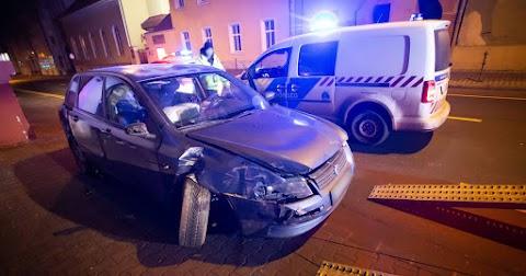 Falnak csapódott egy autó Debrecenben