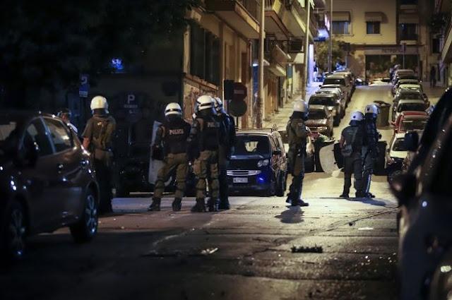 Επίθεση αντιεξουσιαστών στο ΑΤ Ακροπόλεως - Δύο αστυνομικοί τραυματίες