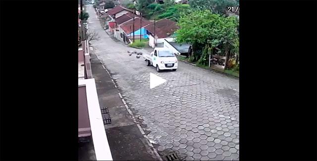 https://www.ahnegao.com.br/2019/10/o-motorista-que-criou-uma-fase-de-donkey-kong-na-vida-real.html