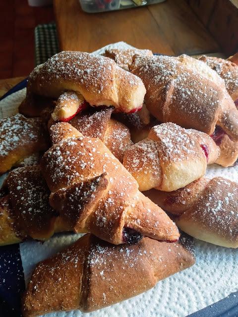 come fare le Brioches fatte in casa pan brioche dolce Semplici, buone ed economiche. Le brioches fatte in casa sono una ricetta davvero facile da realizzare.