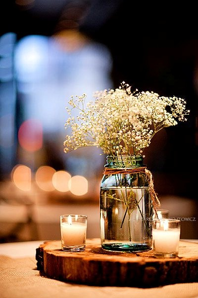 Ini adalah bunga baby's breath dalam toples ditambah dua lilin kecil di sampingnya menjadi hiasan meja yang cantik.