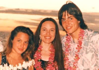 Foto de Angelina Jolie de niña con su mamá y hermano