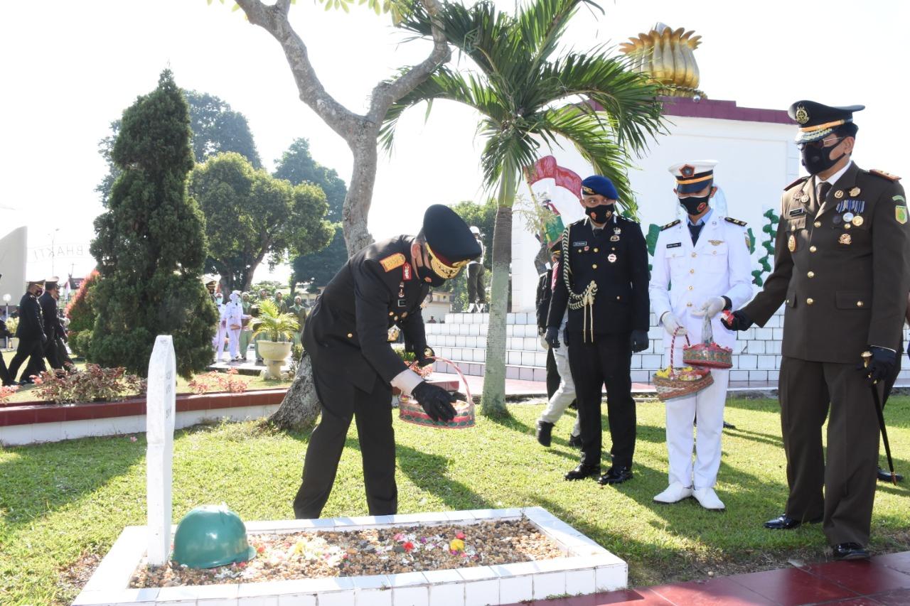 HUT TNI ke 75, Kapolda Ziarah ke Makam Pahlawan