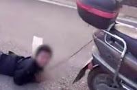 """Σοκαριστικό! — Μάνα """"τέρας"""" έδεσε τον γιο της πίσω από το μηχανάκι και έσερνε ➤〝ΒΙΝΤΕΟ〞"""