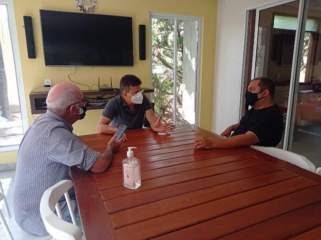 Prefeito Juninho Alves se reúne com micro empresário para expandir beneficiamento do pescado em Caraúbas