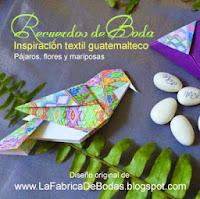 venta recuerdos para boda en mesas de recepcion pájaros y mariposas de papel y plumas
