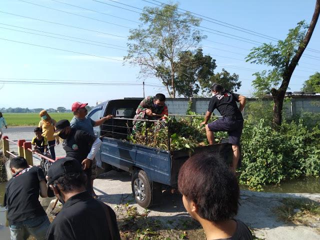 Babinsa Cawas Bersama Warga dan Relawan bersihkan Aliran Sungai Mlese