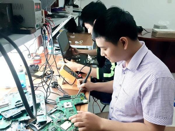Học viên thực hành sửa chữa PC Macbook Laptop tại phòng sửa chữa