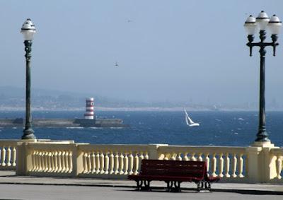 banco à beira mar, farol e gaivota