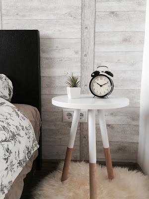 réveil dans une chambre sur une table de chevet