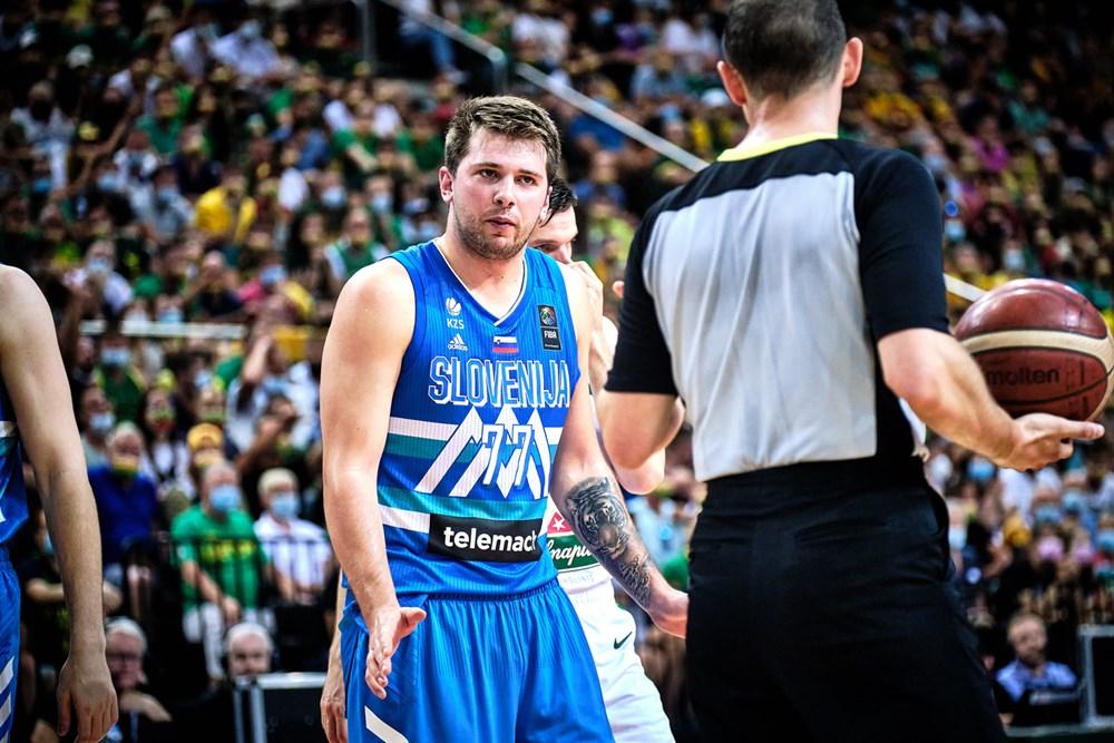 Luka Doncic olhando para o árbitro na final do Pré-Olímpico de basquete