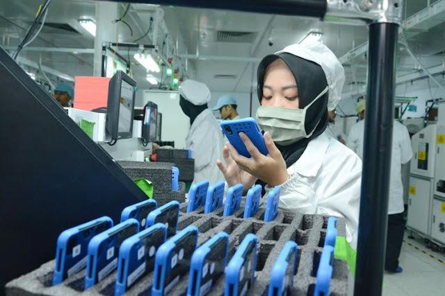 Karyawan cek unit ponsel di lini produksi Vivo Indonesia