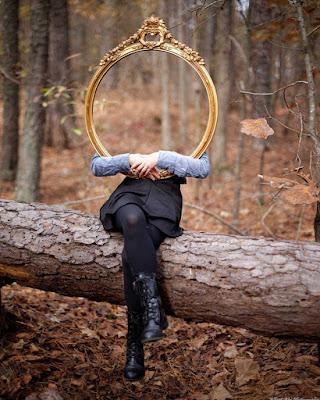 Konsep fotografer horo dengan cermin di tengah hutan