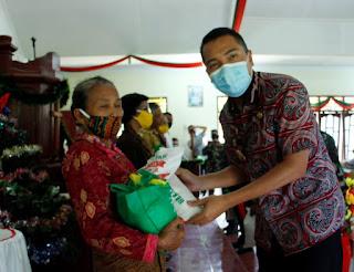 Wakil Bupati Dairi Bagi Bingkisan