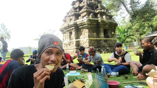 Makan pecel pincuk di pelataran Candi Selogriyo