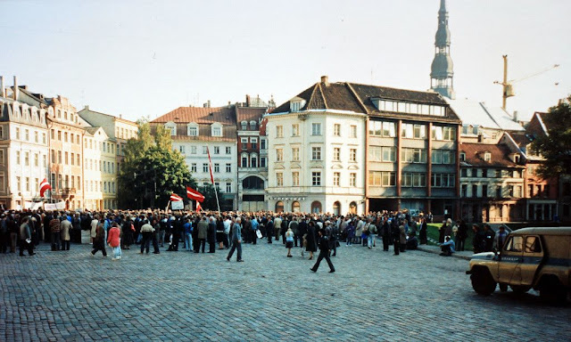 12 октября 1991 года. Рига. Домская площадь. Митингующие