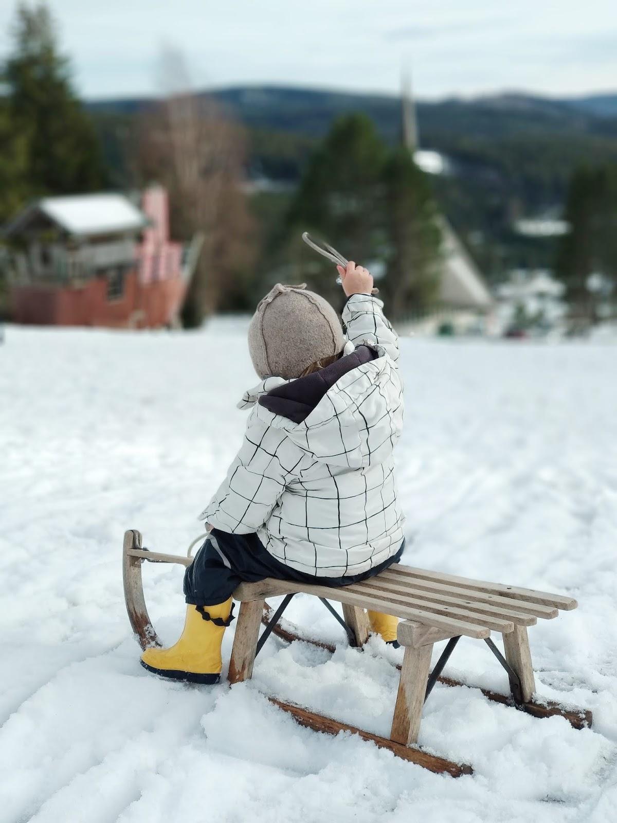 Fröhliches Schneeabenteuer: Rodeln direkt am Klinikhang