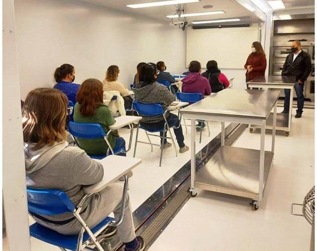 Começaram quarta 30/06 e prosseguirão até 08/07 as aulas do curso de fabricação de pães e salgados fitness na escola móvel , na Ilha