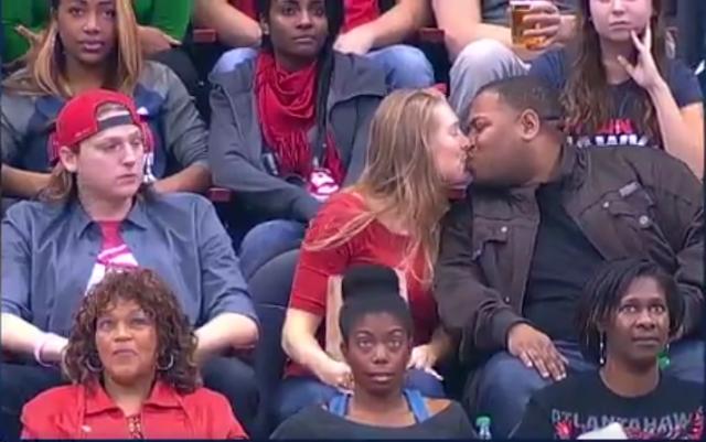 No quiere besarla frente a camara y ésta se besa con otro