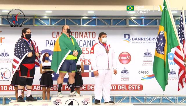 Fernando Reis no pódio do Pan-Americano de levantamento de pesos
