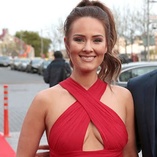 Conor Mcgregors Fiance Dee Devlin Used To Pay His Expenses