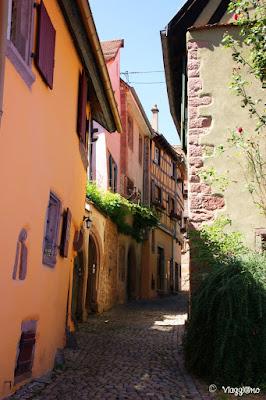 Una delle belle e colorate vie del villaggio di Riquewihr