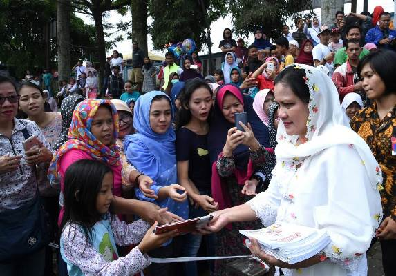 Ibu Negara Iriana Joko WIdodo turut membagikan sembako dan alat tulis untuk warga dan anak-anak