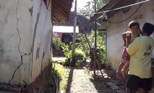 rumah warga desa heuleut retak diduga akibat suhu panas