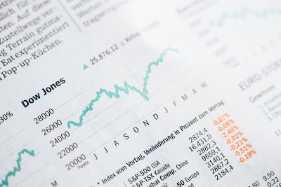 Fotografia gazety z wykresem indeksu giełdowego Dow Jones na przestrzeni roku