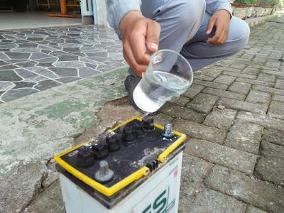 cara membersihkan kerak pada terminal baterai