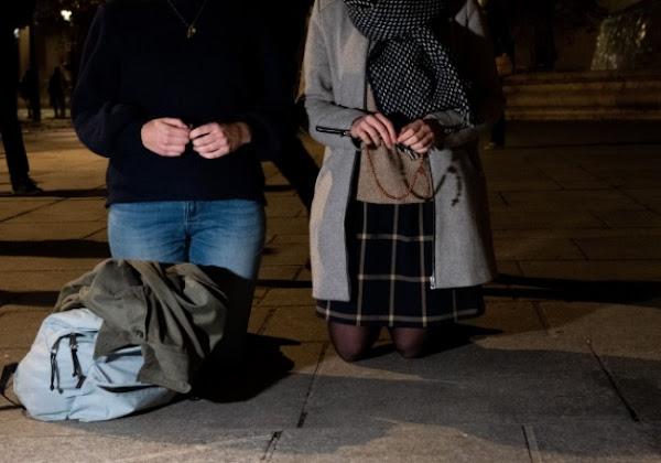 VIDEO : Une reporter de Quotidien signale à la police des catholiques qui prient devant une église