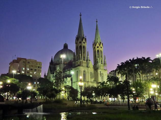 Foto noturna da Praça da Sé com destaque para a Catedral da Sé - Centro - São Paulo