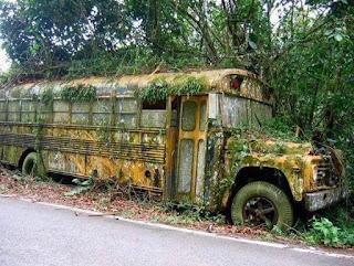 Bas sekolah yang terbiar. Hanya tuhan yang tahu apa berlaku pada penumpang bas ni.
