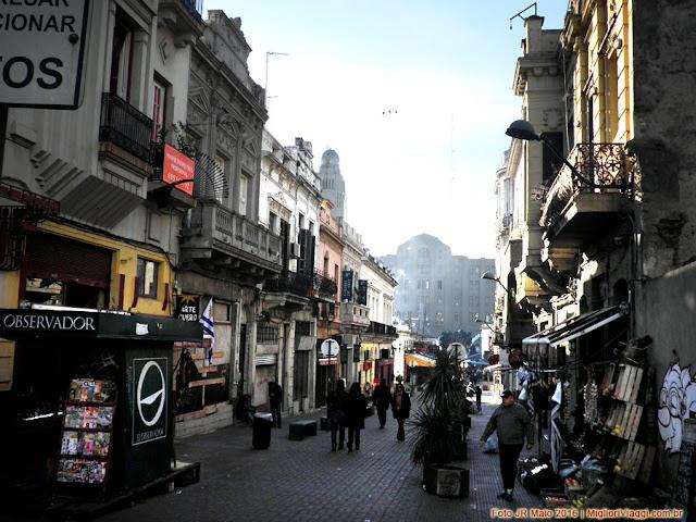 Rua de pedestres que desce até o Mercado na Cidade Velha