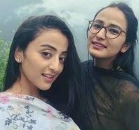 मोनिका चौहान अपनी बहन के साथ
