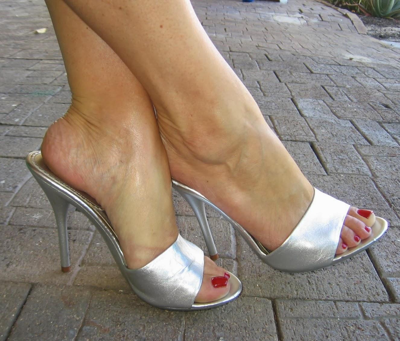 Deliciosos pies con medias de nylons y zapatillas - 3 10