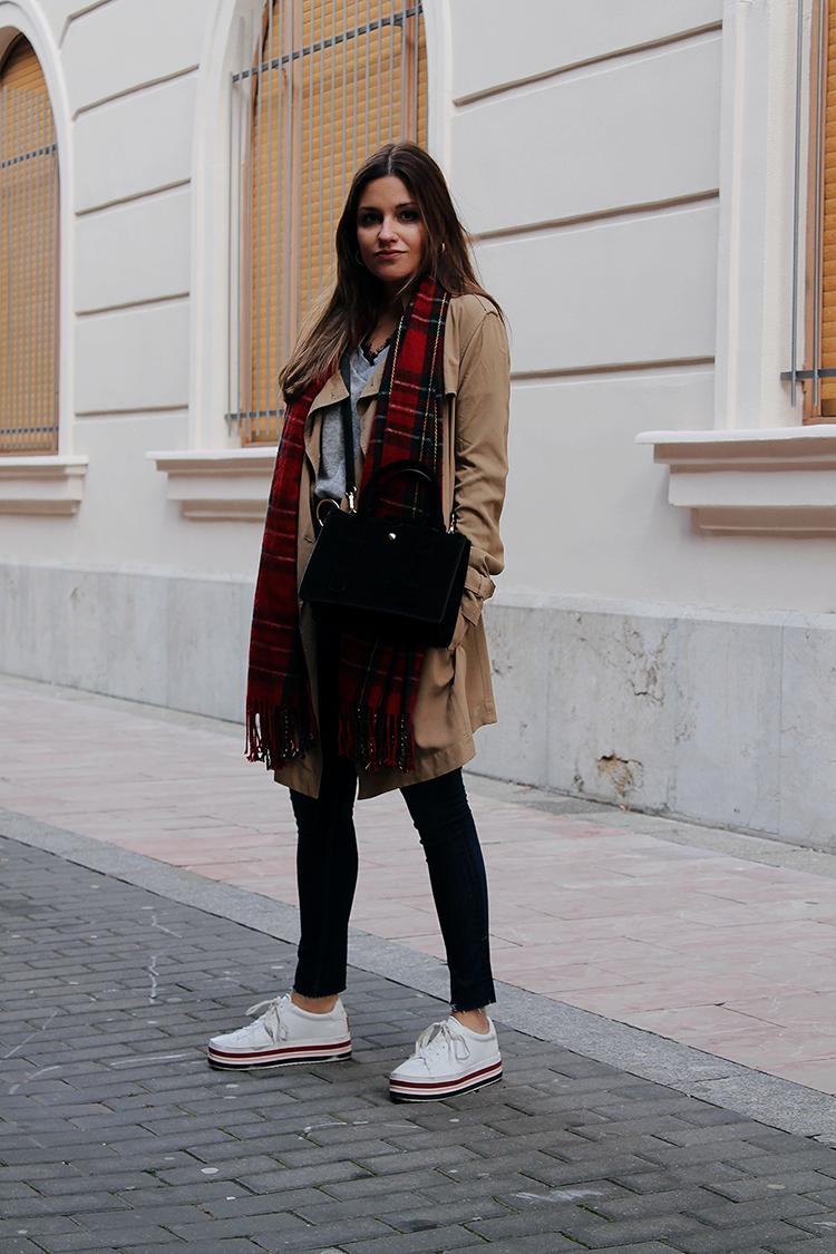 outfit-trench-primavera-bufanda-tartan-blog-de-moda
